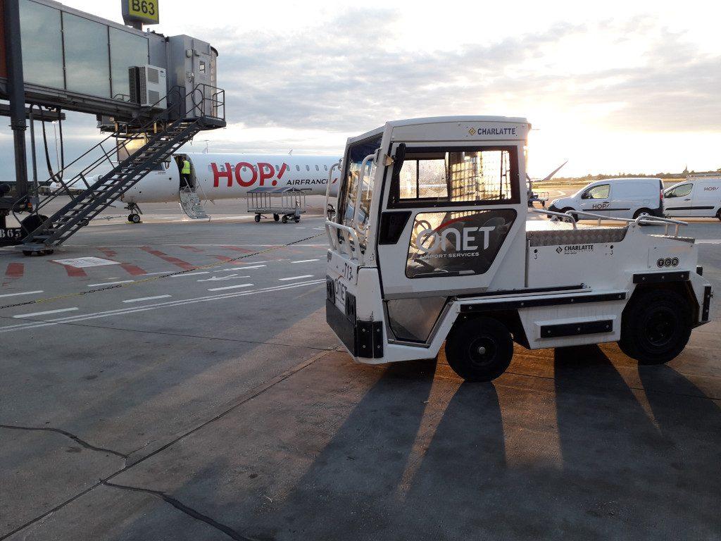 Onet Airport Services - Tarmac avec camionnette de déchargement de bagages Onet