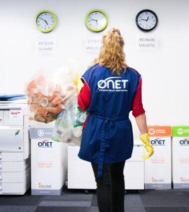 Onet Propreté et Services - Agent de nettoyage trie les déchets ramassés