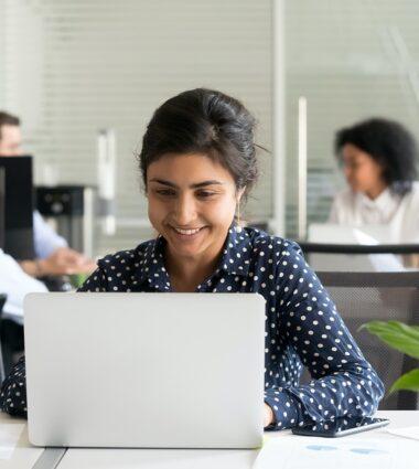 Une jeune femme fait une simulation de tarifs sur le site internet Onet France