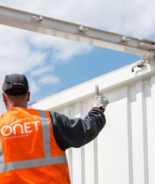 Onet Technologies - Ingénieur guide un chantier de démantélement
