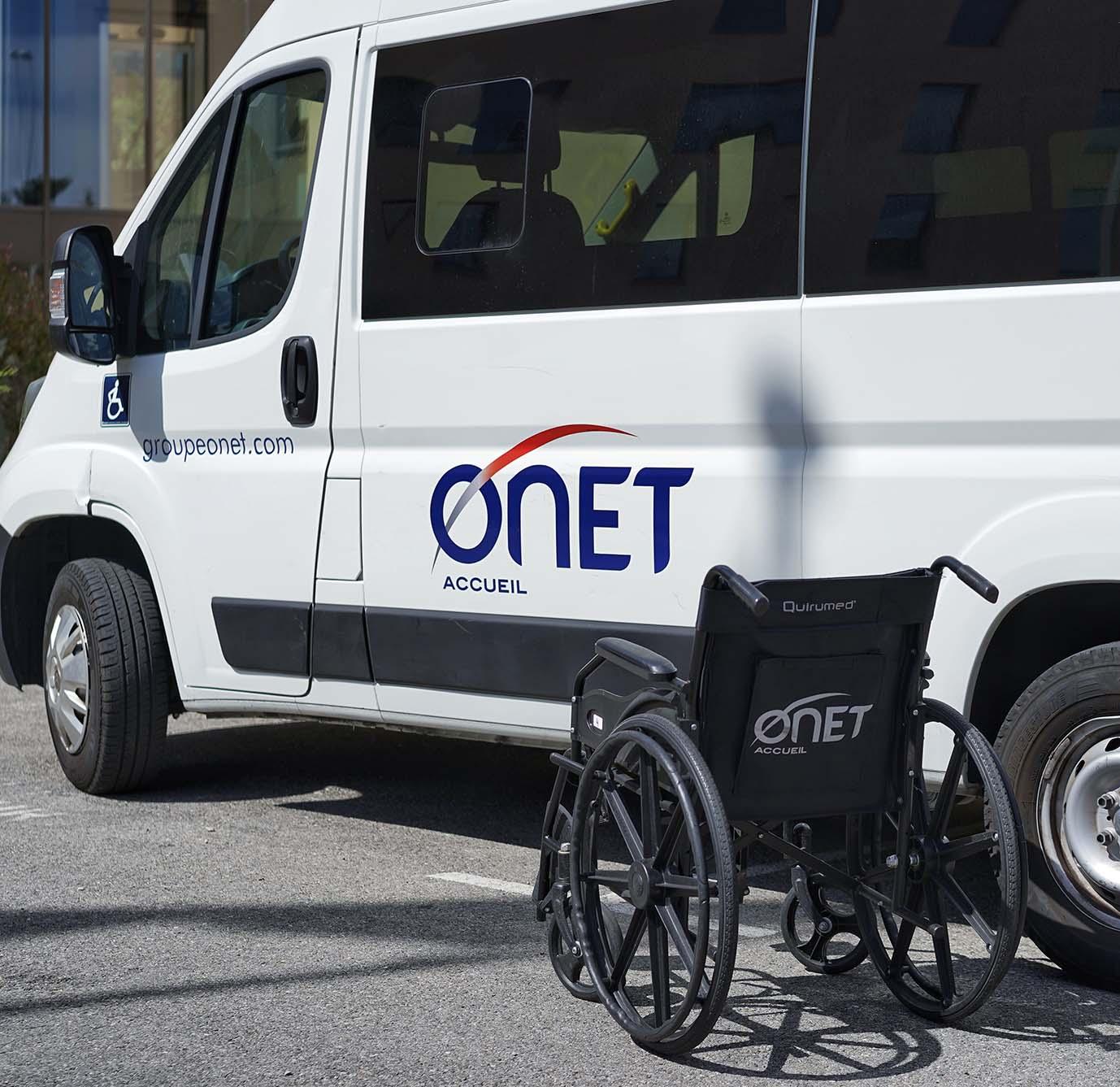 Onet Accueil - Fauteuil roulant pour accompagnement de personne à mobilité réduite