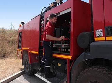 Onet sécurité - Pompiers sur camion de pompiers