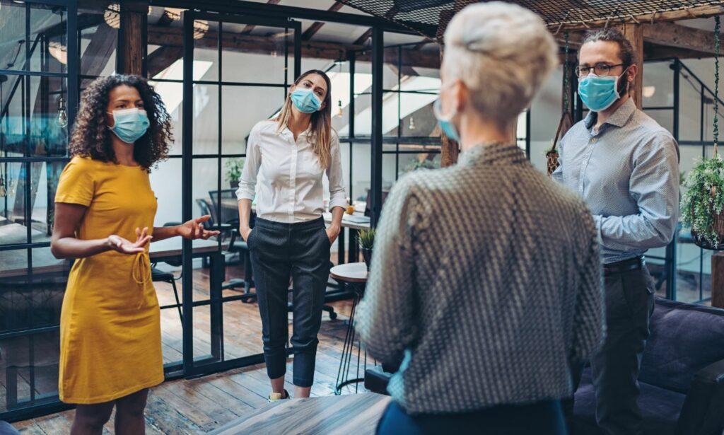 Etude occupants Onet Propreté groupe de personnes discutant joyeusement