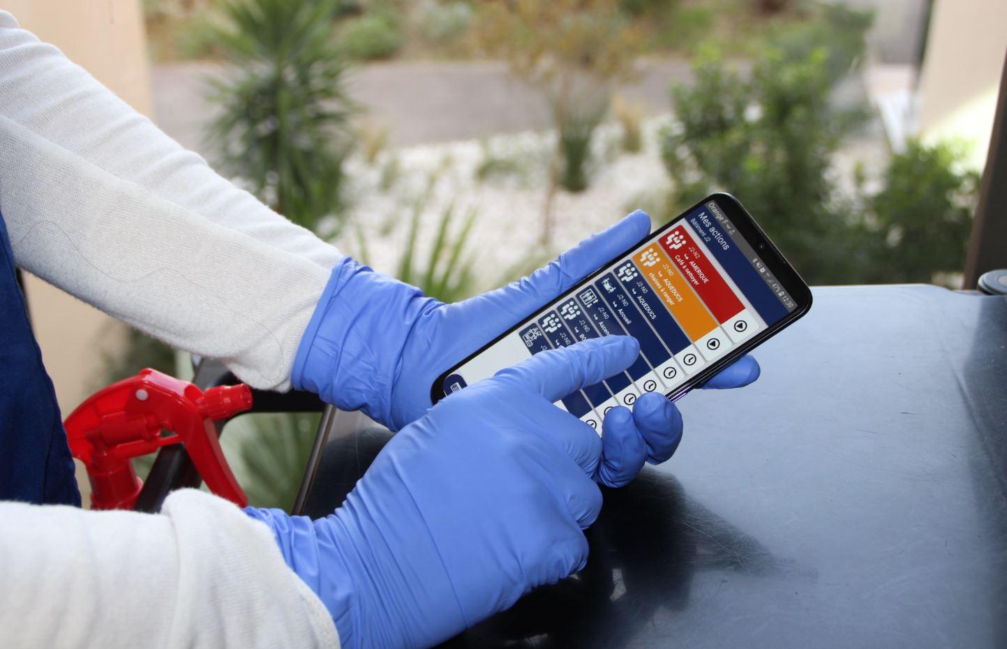 Application Clean connect dans les mains d'un agent de nettoyage